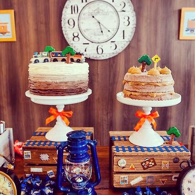 Incrível como a @bellafioredecor conseguiu criar tantos detalhes para esta festa tema trenzinho! E qual dos bolos vocês atacariam: brigadeiro ou churros?? A festa completa está no blog ? www.vestidademae.com.br