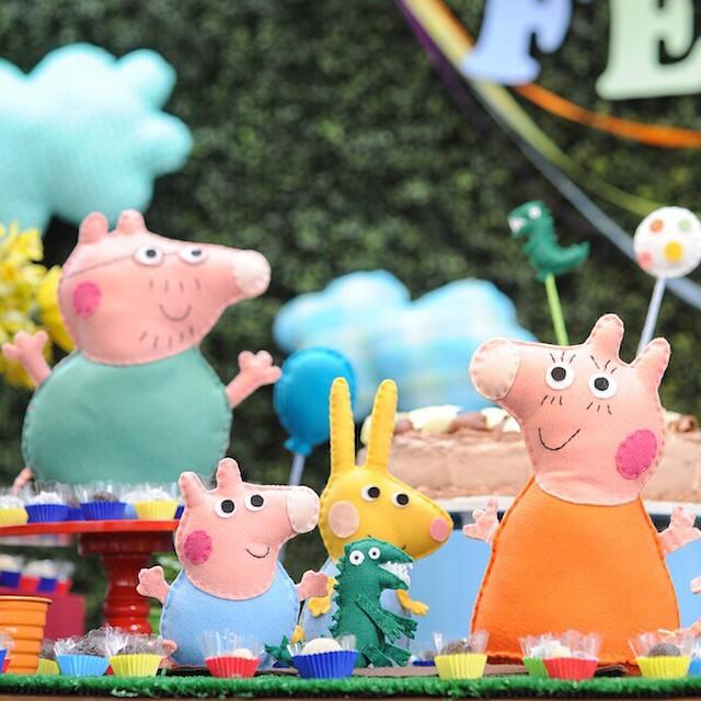 Amei os personagens em feltro! Festinha da #peppapig hoje no blog, numa versão para meninos! Decor @minimimofestas ? www.vestidademae.com.br