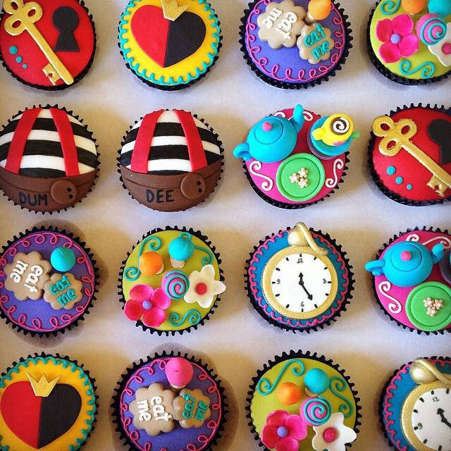 Bom dia! Que fofura esses cupcakes Alice no País das Maravilhas feito pela @isaherzog ❤️ #vestidademae #cupcakes #festainfantil