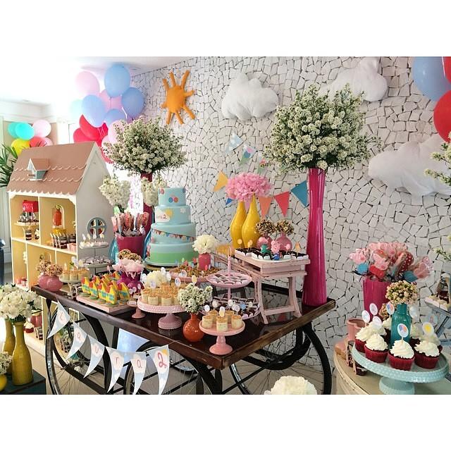 Mesa de bolo e doces com tema #peppapig para o aniversário de 2 anos de uma menina linda! Todas delícias são da @fleur_de_sucre | Foto: @danipacces #peppapigparty ?? #vestidademae