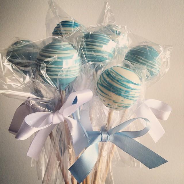 Estou sendo mimada! ? Olha que delicia de #cakepops que ganhei da @sweetcarolinatheartofcake. Tudo azul de menino pra mim agora! ? #itsaboy