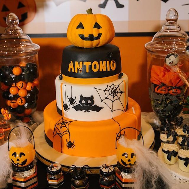 Já entrando no clima de #Halloween, que está chegando, tem festa linda de inspiração no blog! Decor @xuxapires e foto @alepinh0 ? www.vestidademae.com.br #vestidademae #festainfantil
