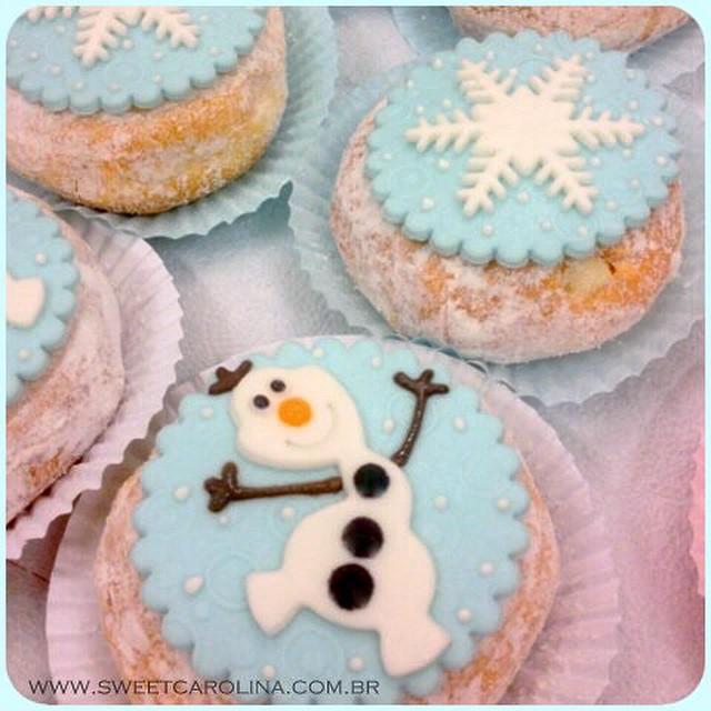 Pensando em organizar uma festinha qualquer só para ter o lançamento da @sweetcarolinatheartofcake: #donuts personalizados! Já pensou pra mesa de doces ou lembrancinha? Achei demais!!