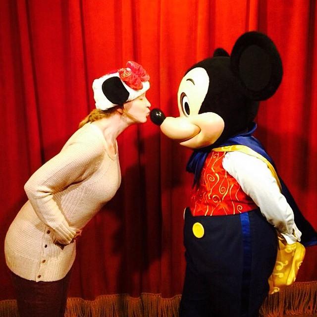 Hoje, lá no blog, eu conto tudo sobre ir #grávida aos parques da #Disney e #Universal! ❤️ www.vestidademae.com.br #dreamscometrue