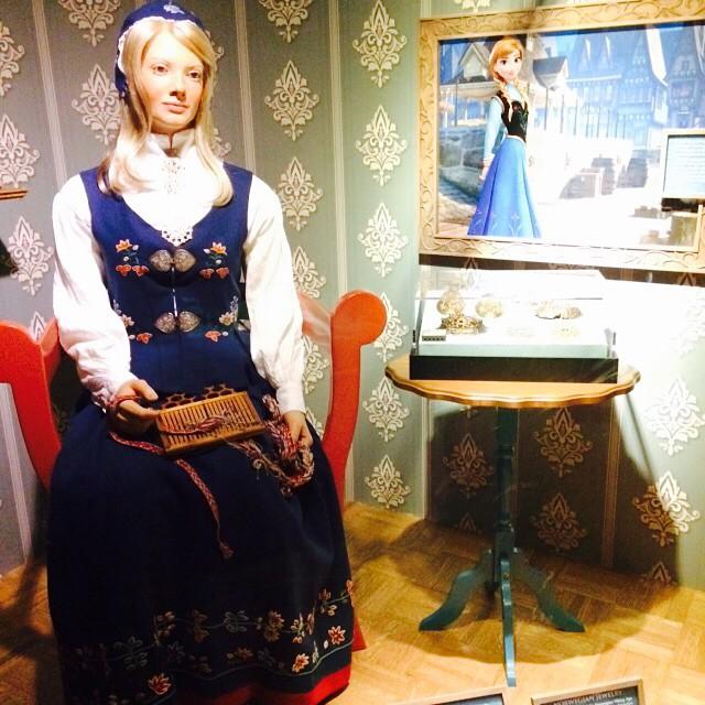 No pavilhão da Noruega, dentro do #Epcot, tem toda a inspiração real do desenho #Frozen, como a roupa da #Anna