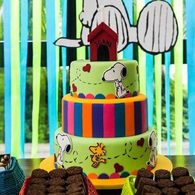 Confesso que eu adoro as festinhas de 1 ano com o tema favorito da infância da mãe! Amei essa festinha do #Snoopy! Bolo perfeito da @fleur_de_sucre e foto @danipacces - post completo no blog ?www.vestidademae.com.br #festainfantil #festade1ano #festadosnoopy