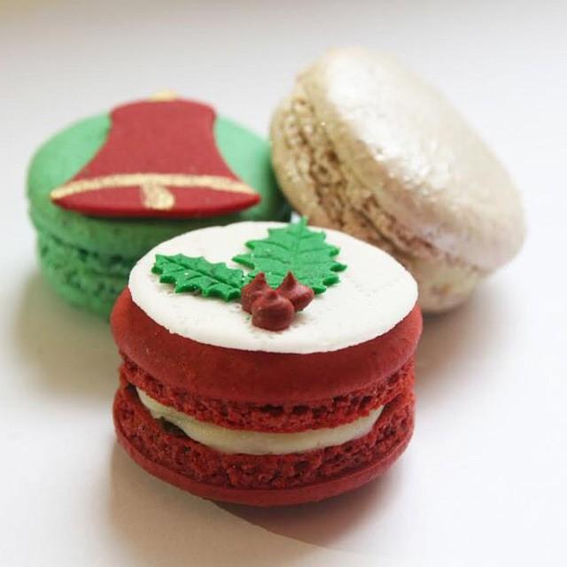 Natal chegando, e todas as lindezas que servem para decorar e deliciar junto! Macaron lindo (e gostoso) da @maymacarons!! ??