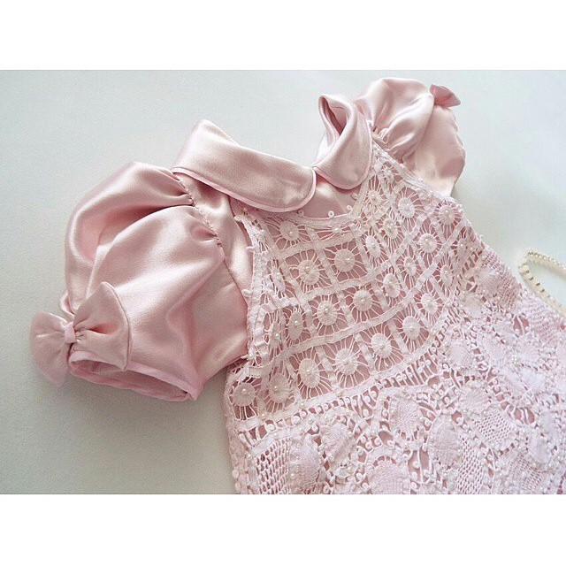 Dizem que mães de meninas gastam muito mais com o enxoval... Eu com certeza estaria gastando uma fortuna com essas roupinhas LIN-DAS da @byzeudareboucas! Olha esse vestidinho rosa com renda renascença e bordado com pérolas! ???