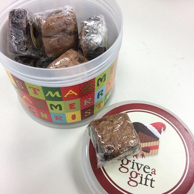 O dia começando aqui no escritório com um pote de #brownies que ganhei da @giveagiftgourmet - delícia! Ótima opção de lembrancinha! Bom dia!
