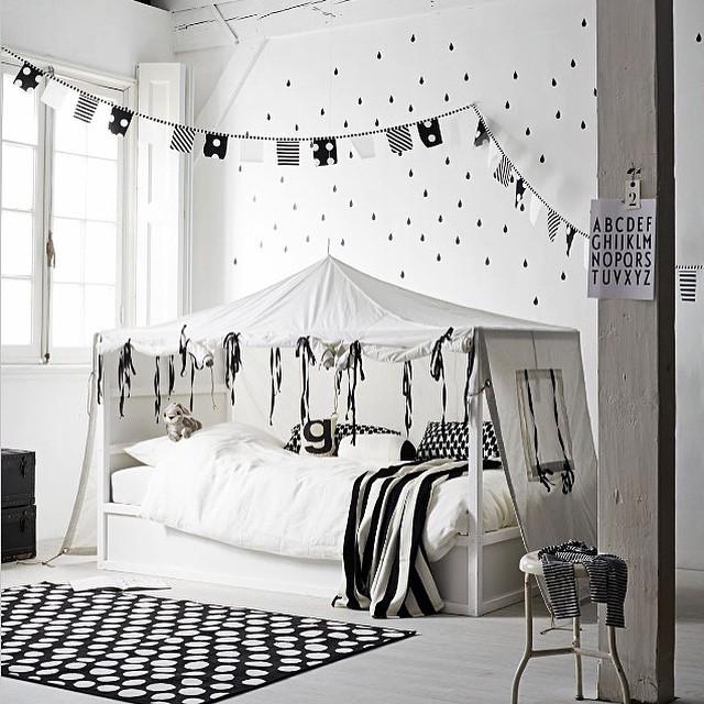 Regram @atelier_jean_et_marie - apesar de eu não amar tanto preto e branco, achei esta inspiração linda! Parece ser tão confortável essa cama-cabana!