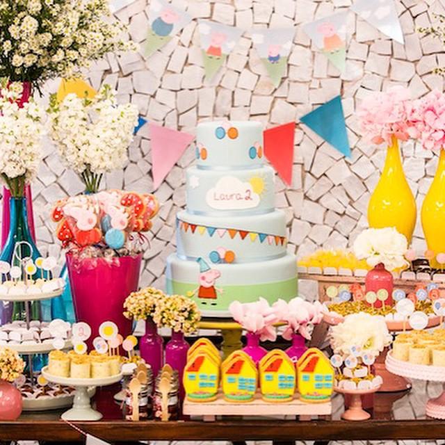 Uma das festinhas com tema Peppa Pig mais caprichadas que já vi!! O post completo, com detalhes da decor e doces, está no blog - clique no link no profile para ir direto!  Foto @danipacces | Bolo e doces @fleur_de_sucre | Decor @estudiodeproducoes #peppapig #festademenina #festainfantil