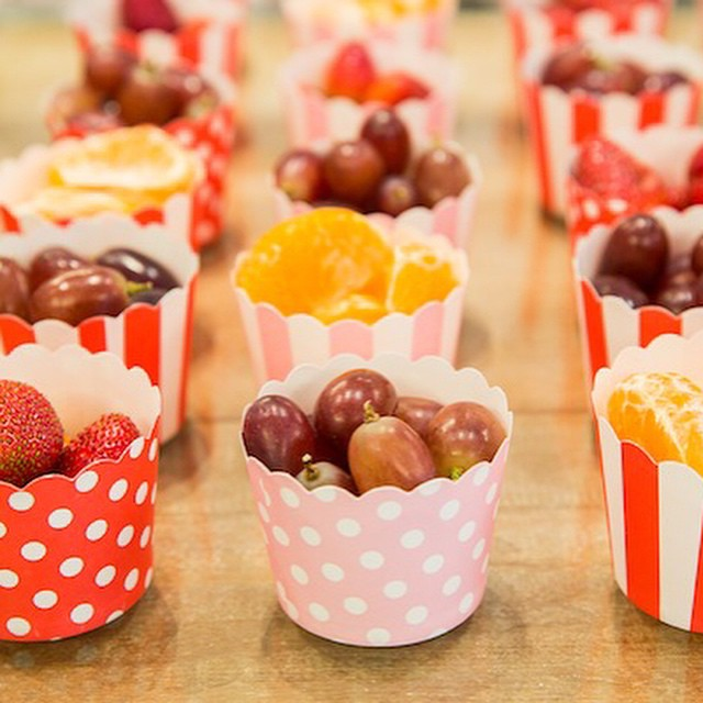 Frutas servidas para a criançada em forminhas lindas, adorei a ideia e me contaram que comeram tudo, mesmo tendo um monte de doces deliciosos na mesa. Post completo no blog, clique no link do profile para ir direto. ???