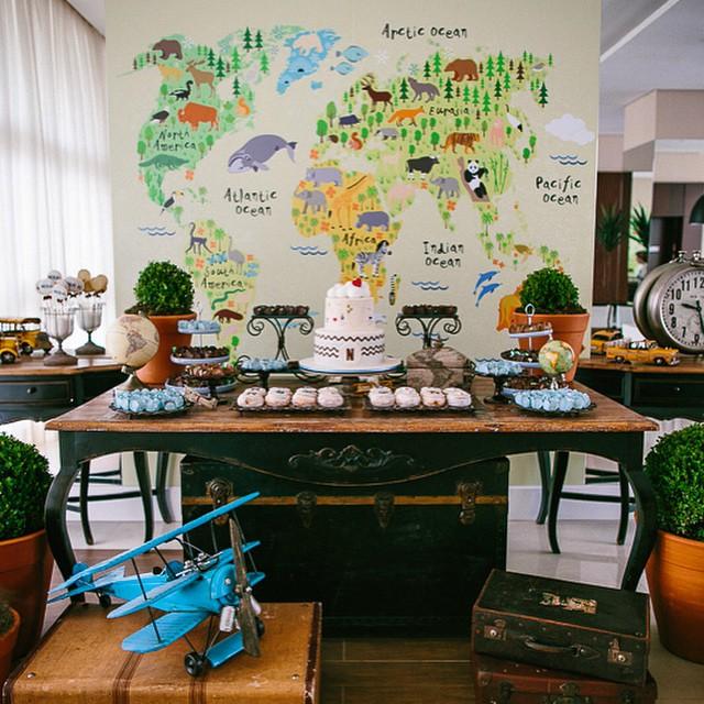 Nada como a visão de uma decoradora ? - o painel com adesivo no fundo, os aparadores nas laterais complementando a decoração da mesa, os baús e avião na frente criando perspectiva... Cada detalhe lindo demais! Decoração @julianabajon, mobiliário e peças da @ellaarts para o chá do meu bebê! Tudo em detalhes hoje no blog, clique no link do profile!  Foto @fepetelinkar #chadebebe #chadonicolas #mapadomundo #voltaaomundo #FugindoDosTemasTradicionais