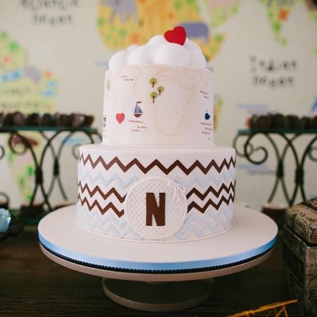 Ficou faltando mostrar o bolo do Chá do Nicolas! Eu adoro a tendência do bolo pintado, então aproveitei o tema e pedi para o ? @thekingcake pintar o mapa do mundo. Coordenando com a identidade visual da festa, teve também o chevron, a letra N e o coração. Por dentro, muito chocolate! Delicia!! #chadebebe #chadonicolas