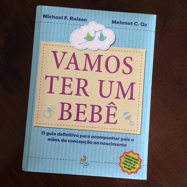 Esse livro eu ganhei logo que lancei o blog Vestida de Mãe, em 2012. Na época eu ainda não pretendia engravidar, o livro ficou meio de lado... Outro dia o achei fazendo a arrumação de livros na casa nova e amei - pena que não achei antes para ler durante a gravidez, é super completo, gostoso de ler, cheio de dicas para os 9 meses de gravidez e parto. Fica a dica para as gestantes!