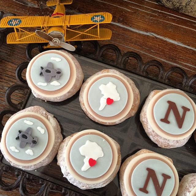 E já que hoje falei por aqui do #chadebebe do Nicolas, vale relembrar com água na boca os #donuts feitos pela @sweetcarolinatheartofcake - donuts são os novos queridinhos das festas infantis! Clique no link do profile para ver a festa completa! #festainfantil #festademenino #MundodoNicolasF