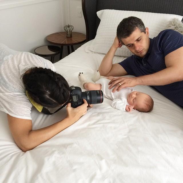 Um pouquinho do dia de hoje: aproveitando que o marido está em casa por causa do feriado, fizemos uma sessão de fotos do Nicolas com a querida fotógrafa  @carladaqui ? #bomferiado #newborn #MundodoNicolasF #28dias