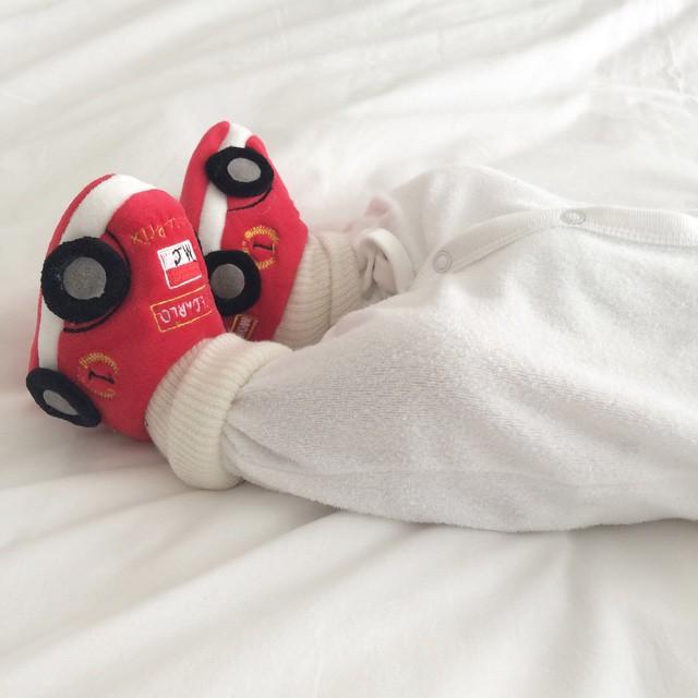 Está lindão hoje com o sapatinho de F1 que a @didigheler trouxe de Montercalo para Nicolas, assistindo os treinos com papai e mamãe. ? #MundodoNicolasF