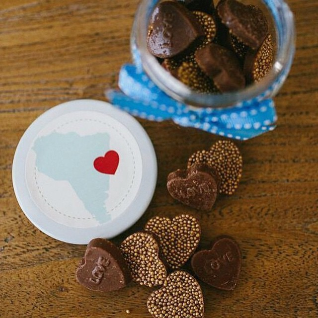 Quem lembra dos potinhos de chocolate de coração que distribui no Chá de Bebê do Nicolas? É da @cereja_do_bolo e ela também vai estar na @babybum_feira - amo essa lembrancinha porque todo mundo gosta de chocolate e me senti distribuindo amor! ❤️ BabyBum - De 13 a 16 de Maio, na Av. Mofarrej, 1505