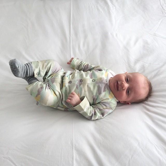 Neste domingo completando 2 meses!! Estou fotografando cada vez que ele coloca uma roupinha nova, sempre assim deitado no edredom do meu quarto. Depois vou revelar todas e montar um álbum - mostro em breve! #MundodoNicolasF