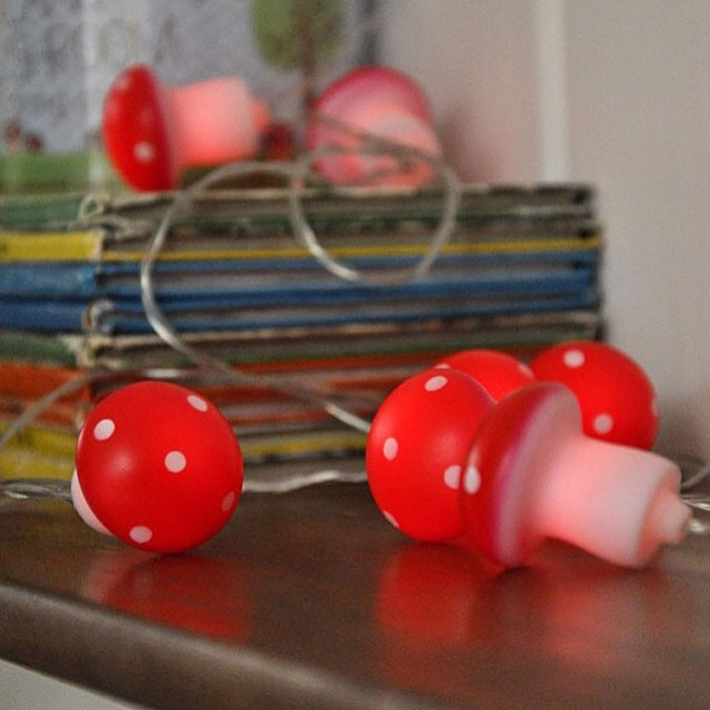 Muito amor por este fio de luz cogumelos da @coisasdadoris! ??? Para enfeitar um quarto infantil ou festinha, bem lúdico, diferente e útil (é bom ter a opção de uma luz fraquinha para a amamentação da madrugada!).